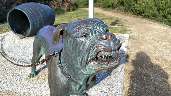 A bronze stature of the dog line at Eaglehawk Neck